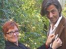 cfd-Geschäftsleiterin Cécile Bühlmann steckt dem Mundartdichter Petro Lenz, der sich gegen Gewalt an Frauen engagiert, eine weisse Schleife an.