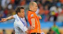 Radoslav Zabavnik geht Arjen Robben hart an.