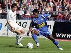 Basels Nakata Koji gegen Luzerns Jean-Michel Tchouga.