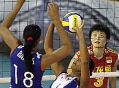 Die Anspielerin Daimi Ramirez Echevarria spiel Zoila Barros Fernandez (CUB) an. Hao Yang (CHN) im Hintergrund.