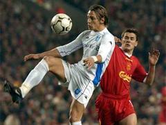 Auxerres Phillipe Mexes gegen Liverpools Michael Owen.