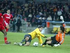 Thuns Armand Deumi und Torhüter Eldin Jakupovic foulen Arsenals Robin Van Persie.