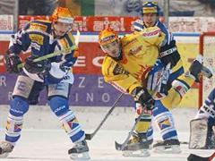 Ambris Hnat Domenichelli und Tiziano Gianini gegen Berns Sebastien Bordeleau.