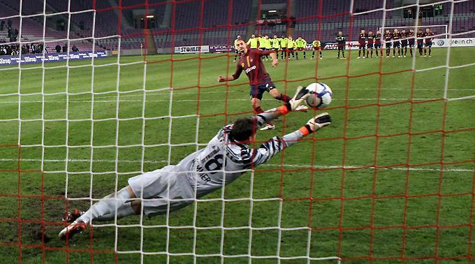 Genfs Stefan Nater vergibt den letzten Penalty gegen Yann Sommer.