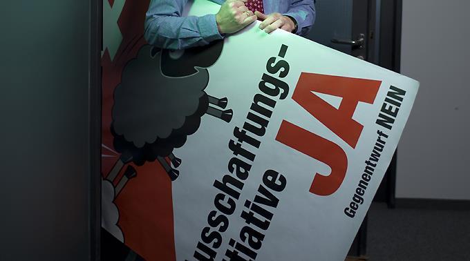 SVP-Chefwerber Alexander Segert mit dem Schäfli-Plakat.
