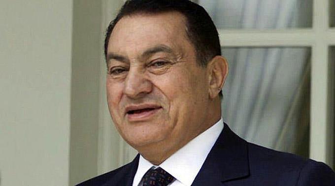 Husni Mubarak klebt an seinem Stuhl.