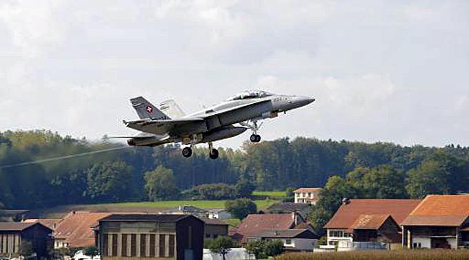 Ein F/A-18 Kampfjet hebt ab.