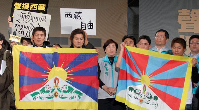 Tibeter protestieren gegen die Herrschaft Chinas und für ihre Menschenrechte, teils sogar mit Selbsverbrennung.