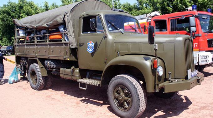Die Militärlastwagen werden abgerüstet und anschliessend versteigert.