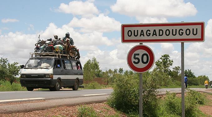 Banken, Supermärkte und Behörden in Ouagadougou blieben am Montag geschlossen, Internet-Verbindungen waren kaum herzustellen.