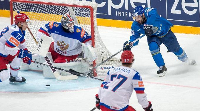 Maxim Khudyakov (KAZ) schiesst auf Torhüter Sergei Bobrovsky.